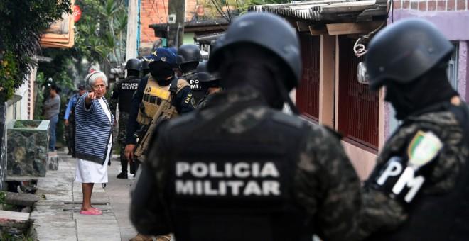 Oficiales de la Policía Militar y miembros de la Fuerza Nacional Antiextorsión (FNA) participan en una operación en barrios y barrios marginales de Tegucigalpa contra pandillas callejeras. AFP/Orlando Sierra