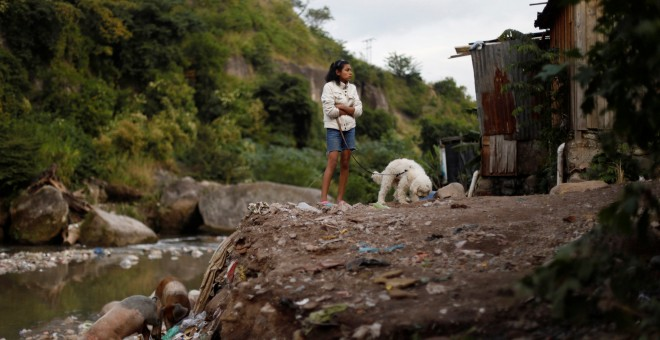 Una niña en un barrio de chabolas en Tegucigalpa (Honduras). REUTERS/Edgard Garrido