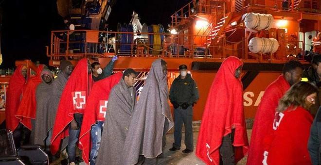 Un grupo de inmigrantes son atendidos por miembros de la Cruz Roja en el puerto de Motril. | MIQUEL PAQUET (EFE)