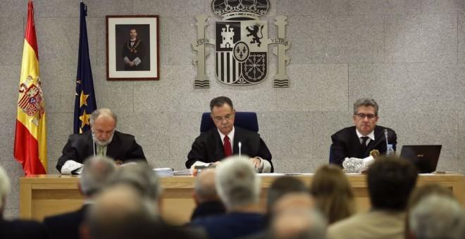El tribunal de la Gürtel. De izquierda a derecha, Julio de Diego, Ángel Hurtado (presidente) y José Ricardo de Prada. EFE/CHEMA MOYA