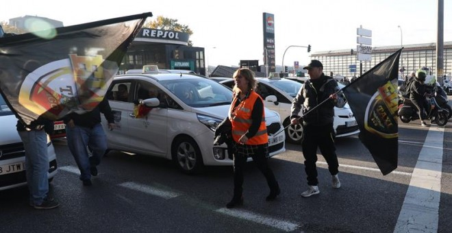 España amanece hoy sin taxis por la huelga de 24 contra Uber. / EFE