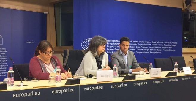 Rueda de prensa en el Parlamento Europeo de Paloma López, eurodiputada de IU, la activista Isabel Lourenco y el también activista y refugiado saharaui Hassana Alia