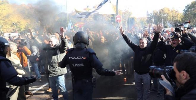 Manifestación de taxistas contra Cabify y Uber en Madrid. / EFE