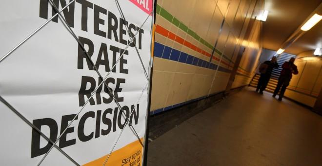 Un periódico informa de la decisión del Banco de Inglaterra de incrementar los intereses./REUTERS