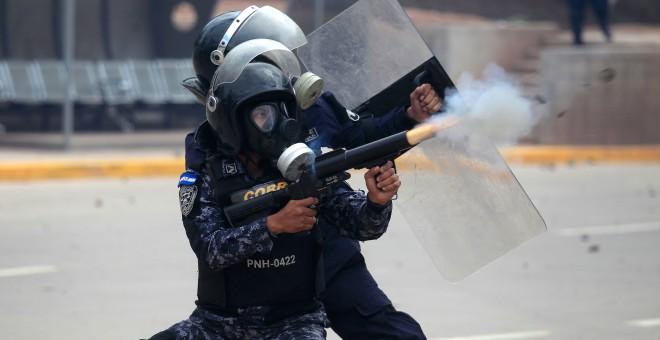 Antidisturbios cargan contra los manifestantes hondureños que protestan contra el presunto fraude electoral.REUTERS/Jorge Cabrera