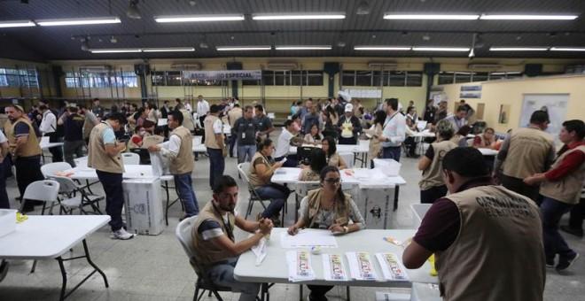 Vista general de empleados del Tribunal Supremo Electoral el  domingo 3 de diciembre de 2017, en Tegucigalpa (Honduras). EFE