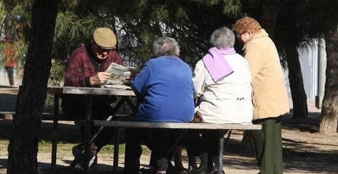Varios pensionistas en un parque. E.P.