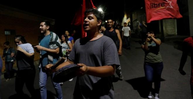 Un grupo de personas participan en una cacerolada en las calles de Tegucigalpa (Honduras). REUTERS/Henry Romero