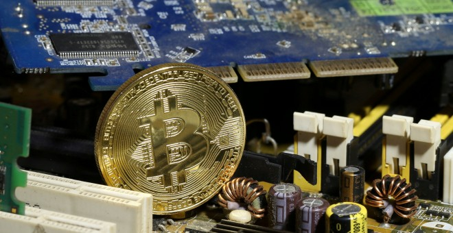 Un bitcoin sobre la placa base de un PC. REUTERS/Dado Ruvic