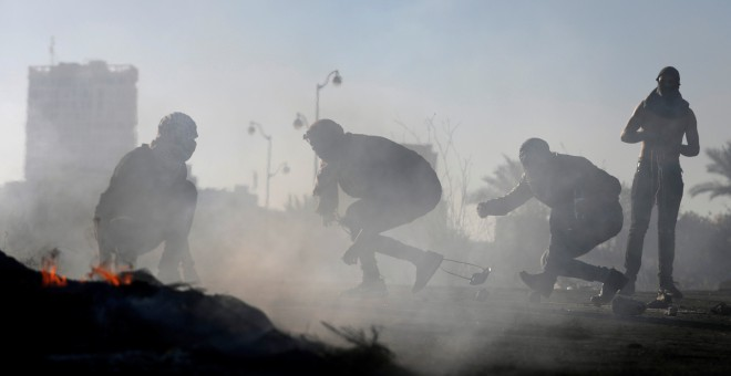 Jóvenes palestinos se enfrentan a los soldados israelíes en el 'día de la ira', junto al  asentamiento judío de Beit El, cerca de Ramala, en Cisjordnia. REUTERS/Mohamad Torokman