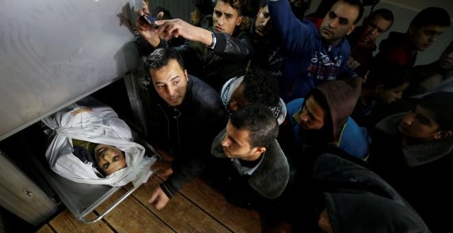 Varios palestinos observan el cadáver de uno de los fallecidos durante las protestas en Gaza por fue de las fuerzas israelíes.- REUTERS/Mohammed Salem