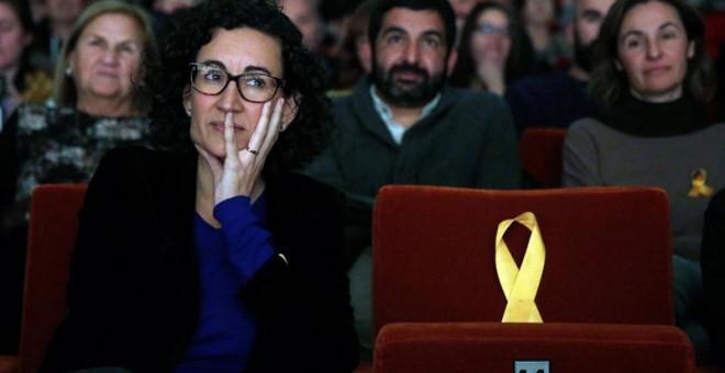La secretaria general de ERC y número dos en la lista, Marta Rovira, junto a un asiento vacío dedicado al exvicepresidente de la Generalitat encarcelado, Oriol Junqueras, durante el acto de inicio de camapaña. EFE