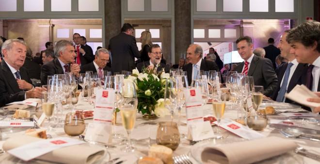 Acto de entrega de los premios Ferrer Salat 2017, el pasado 22 de noviembre. En el centro, el presidente del Gobierno, Mariano Rajoy, y el de Fomento del Trabajo, Joaquim Gay de Montellà. / Fomento del Trabajo