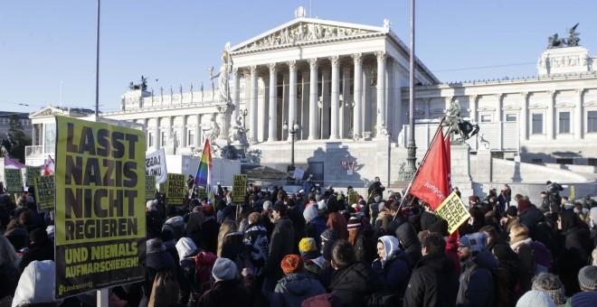 Protestas en Viena ante la entrada de los ultras en el Gobeirno. REUTERS/Heinz-Peter Bader