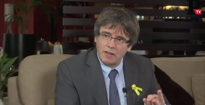El president cesado de la Generalitat, Carles Puigdemont, en un momento de la entrevista con 'Público'