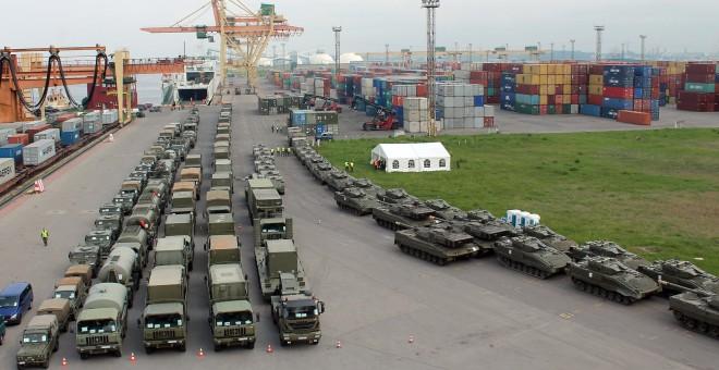 Vista aérea de los más de 100 vehículos del contingente español 'Letonia I', preparado para embarcar en dirección a Riga. A la derecha, la columna de los tanques 'Leopardo' y de los blindados de combate 'Pizarro'. EMAD