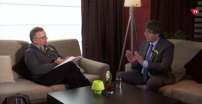 El president cesado de la Generalitat, Carles Puigdemont, y Marià de Delàs, en un momento de la entrevista.
