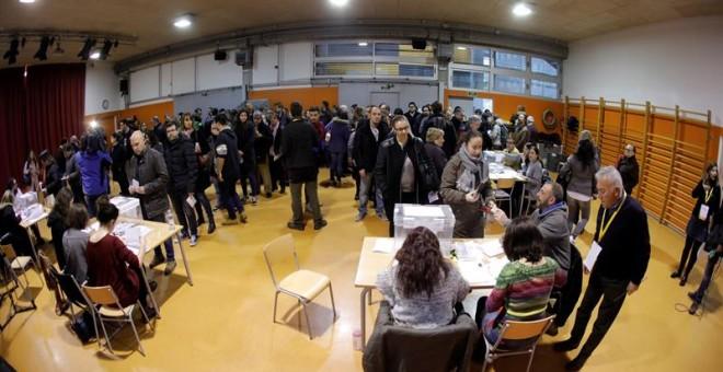 Numerosas personas esperan para votar en las mesas electorales de la Escola Pere IV de la ciudad condal , más de cinco millones y medio de catalanes están llamados a las urnas en esta jornada de elecciones autonómicas.EFE/Juan Carlos Cárdenas