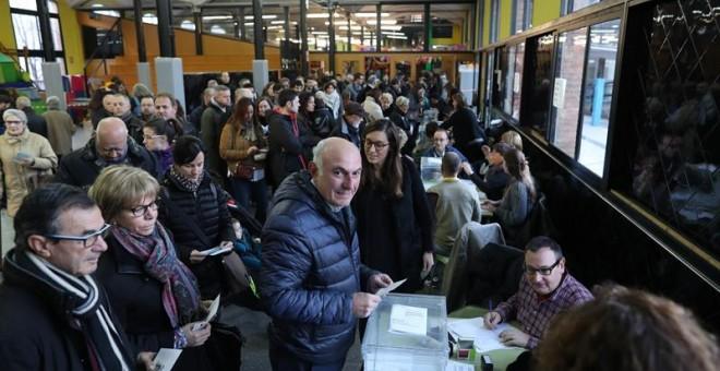 Numerosos ciudadanos ejercen su derecho al voto tras la apertura del colegio electoral Lenaspa en la ciudad de Terrassa, más de cinco millones y medio de catalanes están llamados a las urnas en esta jornada de elecciones autonómicas. EFE/Alejandro García