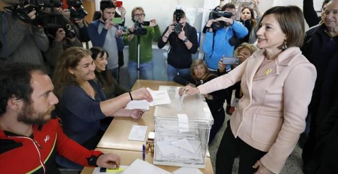 La presidenta del Parlament y número cuatro de ERC por Barcelona, Carme Forcadell, vota en la Escuela Nostra Llar de Sabadell (Barcelona). EFE/ Andreu Dalmau