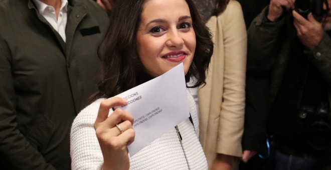 La candidata de Ciudadanos, Inés Arrimadas, ejerciendo su derecho de voto. / Reuters