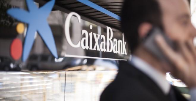 El logo de Caixabank en una de sus oficinas.