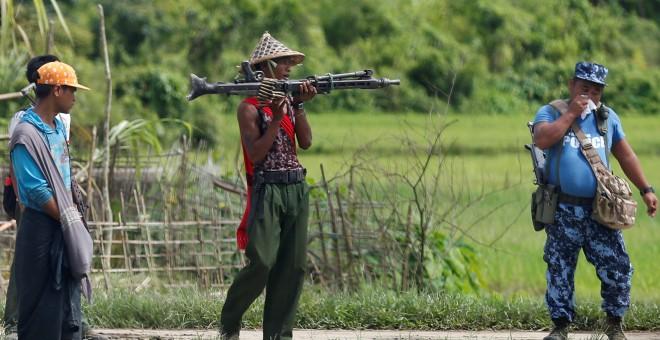 Un soldado sujeta una metralleta en Myanmar./REUTERS