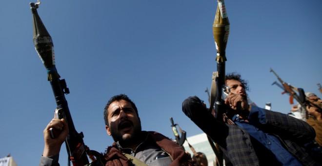 Dos hombres portan dos RPG por el conflicto armado en Yemen./REUTERS