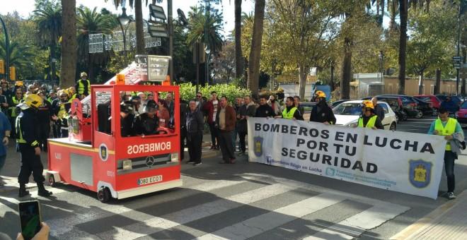 Concentración de bomberos de Málaga el pasado 21 de diciembre, frente al Ayuntamiento, coincidiendo con un pleno municipal. TWITTER @encierrobombmlg
