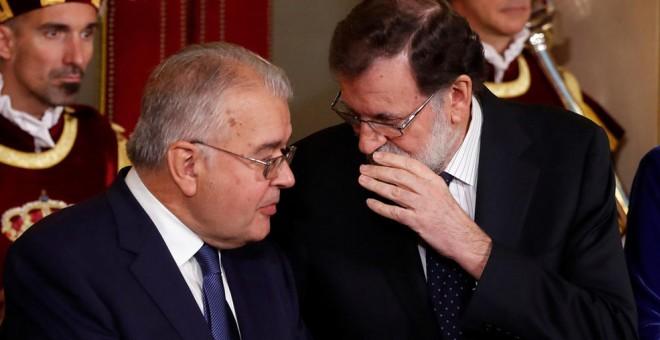 El presidente del Gobierno, Mariano Rajoy, charla con el presidente del Tribunal Constitucional, Juan José González Rivas, durante el acto en el Congreso con motivo del Día de la Constitución. EFE