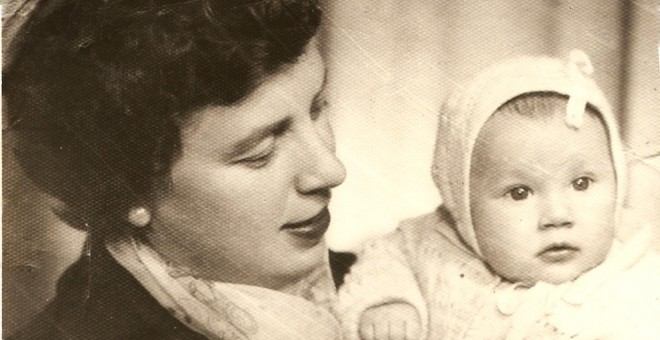 María Bueno en una foto antigua con su madre