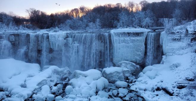 Una imagen de las cataratas del Niágara congeladas a consecuencia de la ola de frío en EEUU. REUTERS