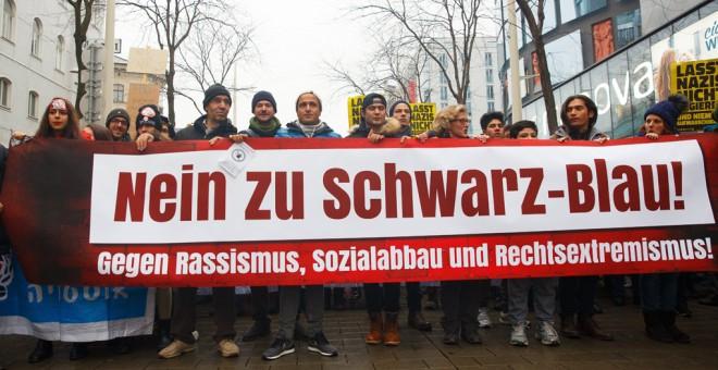 Imagen de la manifestación en Viena, donde varios asistentes sostienen una pancarta que dice 'No al negro ni al azul', en referencia a los colores de los partidos del Gobierno de coalición ultraderechista salido de las elecciones en Austria del pasado 15