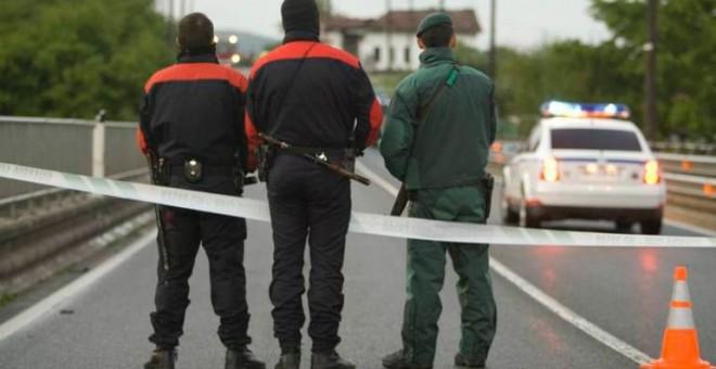 Agentes de la Ertzaintza y la Guardia Civil, en una carretera vasca. EFE/ D.Aguilar