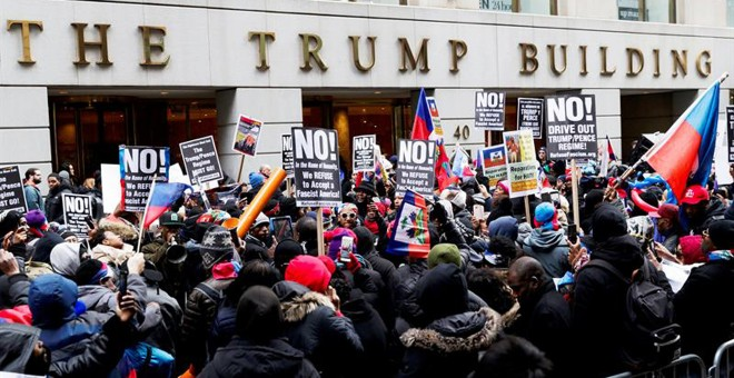 Cientos de haitianos se manifiestan frente a uno de los edificios Trump en Manhattan, el viernes19 de enero, contra los comentarios denigrantes sobre varios países, entre ellos Haití, calificándolos de 'agujeros de mierda', pronunciados por el presidente