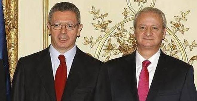 Foto de archivo del  entonces ministro de Justicia, Alberto Ruiz Gallardón, con su secretario de Estado, Fernando Román. EFE