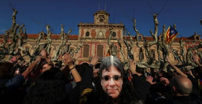 Miles de personas protestan frente al Parlament, ya dentro del parque de la Ciutadella. | SERGIO PÉREZ (EFE)