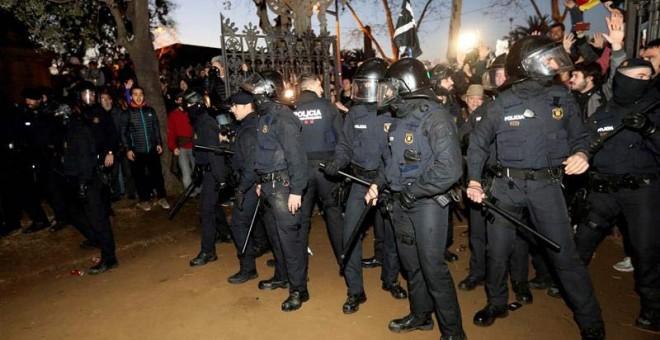 Agentes antidisturbios de los Mossos d'Esquadra se han desplegado frente al Parlament, protegidos con cascos, al producirse momentos de tensión, que no han ido a más. | EFE