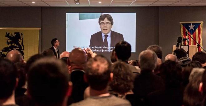Carles Puigdemont aparece en un vídeo en el que ofrece un discurso a los jóvenes seguidores del partido Nueva Alianza Flamenca (N-VA) en Lovaina (Bélgica). | STEPHANIE LECOCQ (EFE)