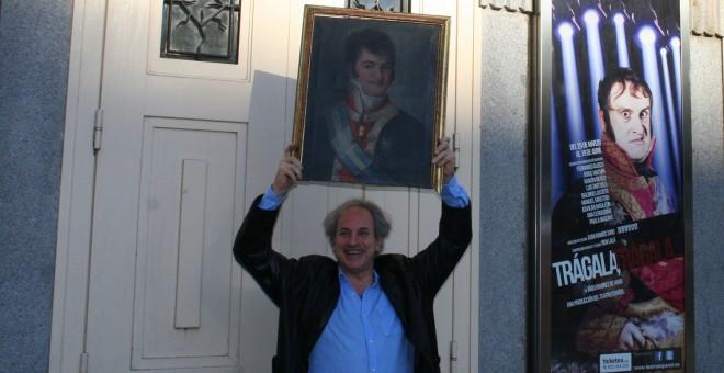 Ramírez de Haro posa con un retrato de Fernando VII frente al Teatro Español de Madrid.