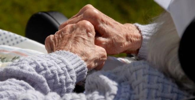 El aislamiento de ancianos, otra forma de maltrato social. / EFE
