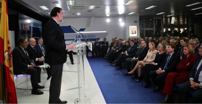 Un momento del acto de 'La Razón', presidido por Rajoy, con el ex ministro del Interior, Fernández Díaz, en el estrado. Cospedal está sentada enfrente (derecha).