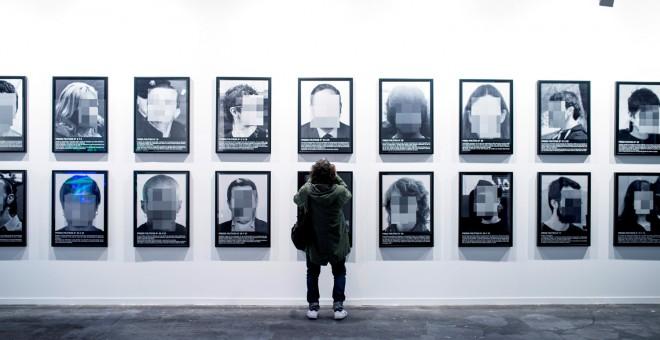 La obra de la discordia, 'Presos Políticos', del español Santiago Sierra, perteneciente a la galería Elga Alvear, poco antes de ser retirada de las instalaciones de Ifema.- EFE