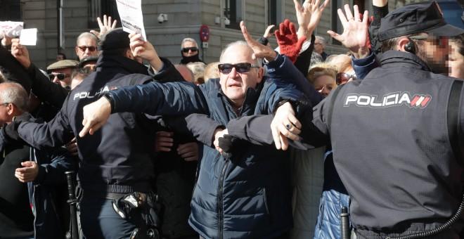 Miles de jubilados, que secundan una concentración en defensa del sistema público de pensiones, han cortado la Carrera de San Jerónimo en Madrid cerrando así el acceso al Congreso de los Diputados. EFE/ Zipi