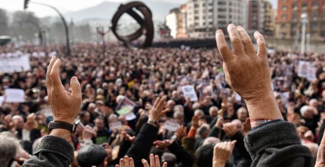 Miles de jubilados y pensionistas, convocados por la plataforma de asociaciones de jubilados, viudas y pensionistas de Bizkaia, se han manifestado hoy por las calles de Bilbao. EFE/MIGUEL TOÑA