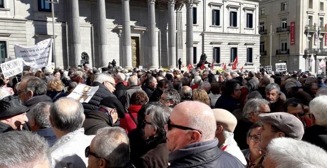 Imagen de la concentración de jubilados en defensa del sistema público de pensiones, en la Carrera de San Jerónimo en Madrid, frente al Congreso de los Diputados. EFE/Jesús Narvaiza