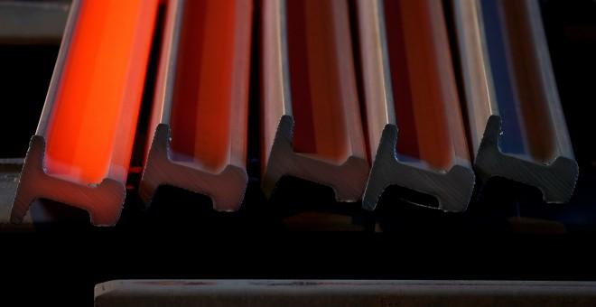 barras de acero ercién salidas de la forja en una planta siderúrgica en la localidad fracnesa de Hayange. REUTERS/Vincent Kessler