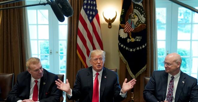 El presidente ejecutivo de Nucor John Ferriola, y el consejero delegado de US Steel, Dave Burritt, flanquean al presidente estadounidense Donald Trump durante el anuncio de aranceles a las importaciones de acero y de aluminio. REUTERS / Kevin Lamarque