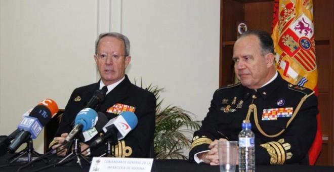 El general de División Juan Chicharro Ortega, a la derecha de la imagen, durante un acto público.
