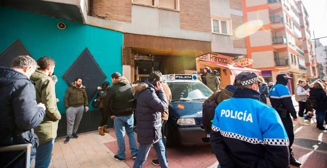 Efectivos policiales junto a la vivienda, que ha sido registrada, de los tres jugadores de la Arandina Club de Fútbol detenido el pasado 12 de diciembre. /EFE